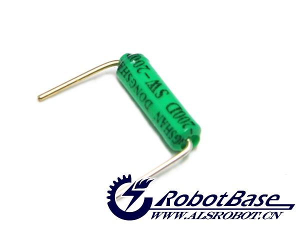 单向倾角开关是一个简单的电子元件,其内部包含两个触点和一个金属小球(或者一滴导电的水银,但是我不推荐使用这种,因为有毒而且不环保)。此倾角传感器属于环保型,所以包装为绿色。倾角开关也称作倾角传感器,当传感器至于垂直位置时,金属小球接触到两个桥接点导通,就好像你按下按钮。当你将传感器倾斜时,金属小球移动离开桥接点后,致使桥接点断开,这一过程就相当于你松开按钮。使用这个简单的元件,你可以轻松感测到物体是否被晃动、移动或倾斜。