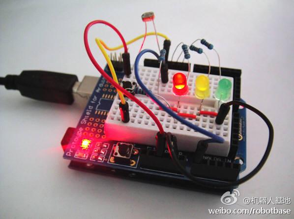基于Arduino互动电子套件是奥松机器人专门为Arduino电子爱好者精心打造的一款适合电子类专业学生学习的入门套件。现已全面升级! 即使你没有学过电子电路相关知识,也可以按照手册讲解一步步完成每个设计实验,在整个实验的过程中,你只需在面包板上通过跳线插拔连接元件,无须使用电烙铁焊接,避免了初学者焊接元件浪费原料不环保的习惯。升级版套件中增加Supermaker视频卡,可以通过观看专业讲师课程讲解学习Arduino的基础知识。本套件除基本入门操作讲解外,还附带17节实验课程,这部分课程完全考虑初学者学习