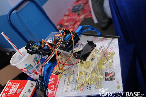 行走仿生机械结构与arduino相结合改装而成的机器人