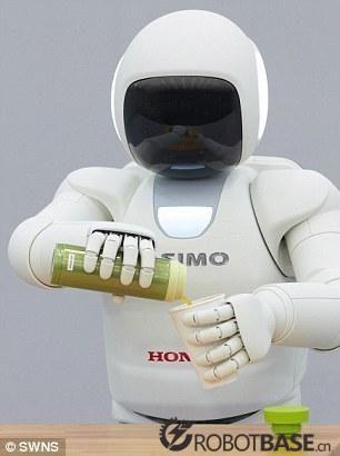 【新奇特】机器人服务生:会开酒瓶倒酒爬楼梯
