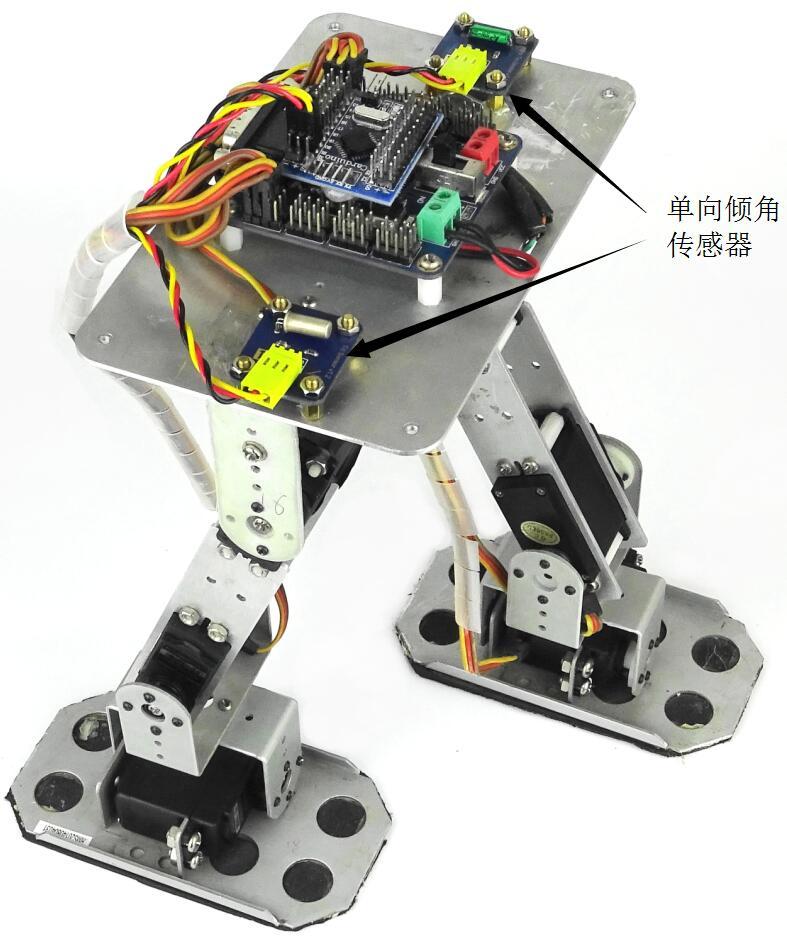 图7 双足检测特定角度 2. 振动传感器 振动传感器(见图8)可以感应振动力大小并返回感应结果,从而能够作为使电路启动工作的电子开关,因此也有人称它为振动开关。振动开关触发非常灵敏,是许多电子产品中不可或缺的电子元器件。在实际应用中,电子装置对振动的灵敏度有不同的要求。使用者通常是根据产品的具体需求选择不同灵敏度的振动开关以满足产品的需要。实际上现在大部分振动传感器都使用的是弹簧开关。在制作智能小车时,我们可以选配振动传感器。这样当小车遇到颠簸的路面时,若车速过快,则上下颠簸幅度越大,那么不仅会对智能小