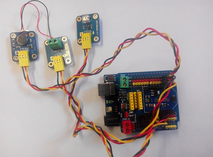 此产品由一个直径10mm高2.7mm的扁平马达和一些基本的电子器件构成。该模块采用3Pin的防插反插头,操作安全,插口旁边有一个大写字母D表示该模块为一个数字型模块,可以通过控制信号的高低才控制马达的振动和关闭,插头另一侧为振动的图片表示。该模块振动效果和手机振动效果一样,此产品可以应用于一些需要振动的设备上,以及一些小的玩具上面。